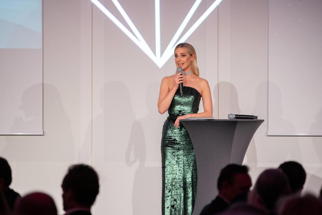 Moderatorin Silvia Schneider führte die heimische Prominenz und Ehrengäste durch den funkelnden Abend. – ©Andreas Tischler